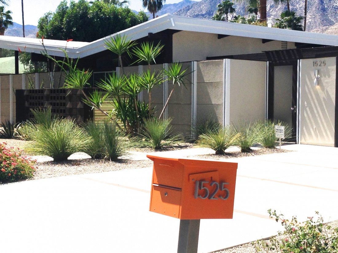Mcm abounds in palm springs visual jill for New mid century modern homes palm springs